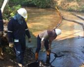 Personal de Ecopetrol trabaja para retirar el crudo de la zona. Foto: Oficial