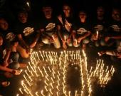 Los miembros del WWF India participan en una vigilia a la luz de las velas durante la 'Hora del Planeta', en Bhopal. Foto: EFE.