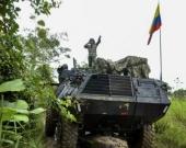 Los soldados colombianos llegan al sitio donde los soldados venezolanos habrían instalado un campamento en territorio colombiano, en Arauquita. Foto: AFP.