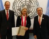 La embajadora María Emma Mejía hizo entrega del Acuerdo Final de Paz al secretario general de Naciones Unidas y al presidente del Consejo de Seguridad de la ONU. Foto: @ColombiaONU