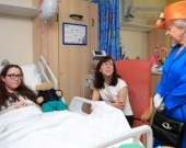 La reina Isabel II visitó a algunos de los heridos. Foto: AFP