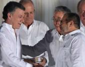 El presidente Juan Manuel Santos y el jefe de las Farc, 'Timochenko', durante la firma del acuerdo de paz el pasado 26 de septiembre en Cartagena. Foto: AFP.