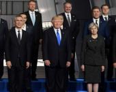 Trump en la foto después de empujar a Dusko Markovic. Foto: AFP