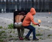 Opositores se enfrentan a la Policía. Foto: Ronaldo Schemidt / AFP