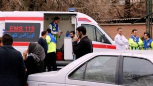 Cuerpos de rescate y familiares de los pasajeros. Foto: AFP