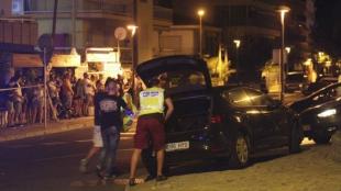 Un policía inspecciona un vehículo en Cambrils donde cuatro presuntos terroristas fueron abatidos. Foto: EFE/Jaume Sellart.