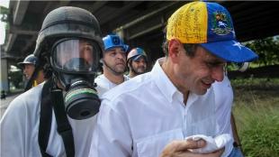 En videos publicados en redes sociales se observa cuando un grupo de personas saca en hombros de la protesta al dirigente, afectado por los gases. Foto: EFE