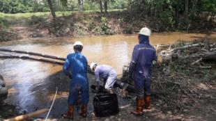 Funcionarios de Ecopetrol tratan de controlar el derrame de petróleo. Foto: oficial