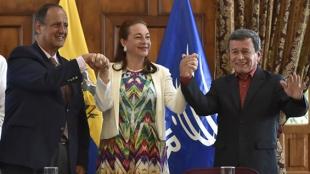 El jefe negociador del gobierno con el ELN, Juan Camilo Restrepo y el líder de grupo guerrillero, Pablo Beltrán. AFP