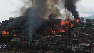 Así se observa el incendio. Fotos: @DNBomberosCol
