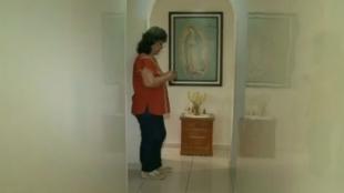 La familia se encomienda a la virgen de Guadalupe.
