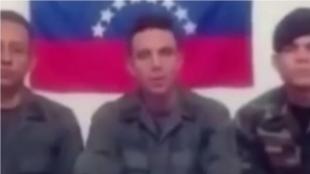 Los tres militares que desertaron de la Fuerza Armada Nacional Bolivariana aparecen en un video, del cual aún se desconoce su autenticidad. Foto: NoticiasRCN