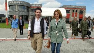 La ministra de Defensa de España, María Dolores de Cospedal (d), camina junto al viceministro de defensa de Colombia, Anibal Fernández de Soto. Foto: EFE.