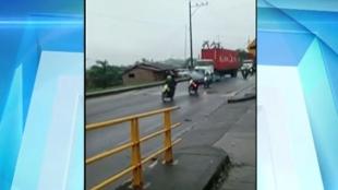 Algunas personas lanzaron piedras a los camiones.