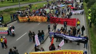 Los maestros en paro marchan en las calles de Bogotá. Foto: Cristian Cruz.