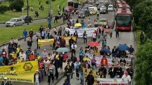 Maestros marchan por las vías de Bogotá.