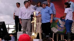 El presidente Juan Manuel Santos, sus ministros y el jefe de las Farc, Rodrigo Londoño Echeverri, 'Timochenko'.