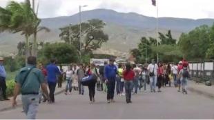 Venezolanos pasan de forma irregular por frontera.