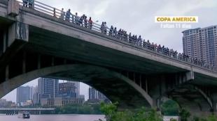 Bajo el puente del Congreso en Austin, Texas, se albergan alrededor de 700 mil murciélagos