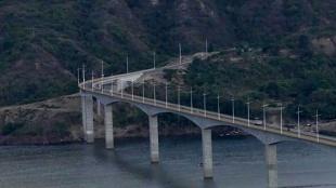 El Patrullero del Aire sobrevuela viaducto en el Quimbo