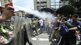 Choques entre policías y ciudadanos venezolanos que exigen revocatoria
