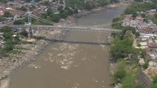 Patrullero del Aire sobrevuela caudal del río Magdalena en Honda, Tolima