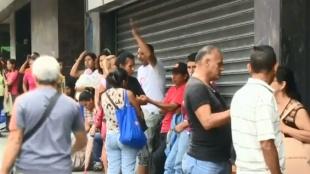 Continúan las largas filas en Venezuela para conseguir alimentos