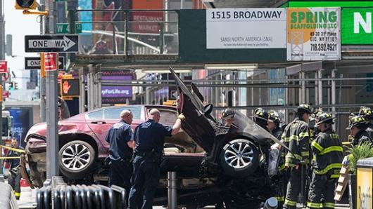 Carro embiste a multitud en Times Square: 1 muerto y 20 heridos