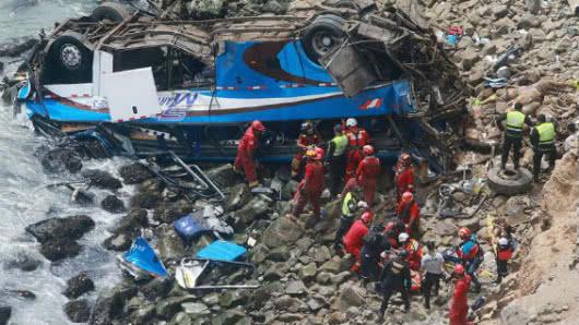 Perú: Rescatistas trabajan tras caída de autobús a un acantilado