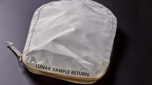 Subastan en 2MDD Bolsa con Restos de Polvo Lunar