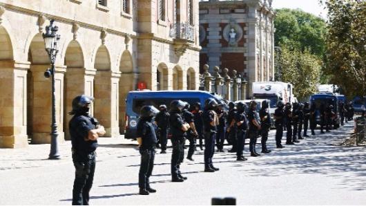 Lider catalán declara independencia y la suspende para dialogar