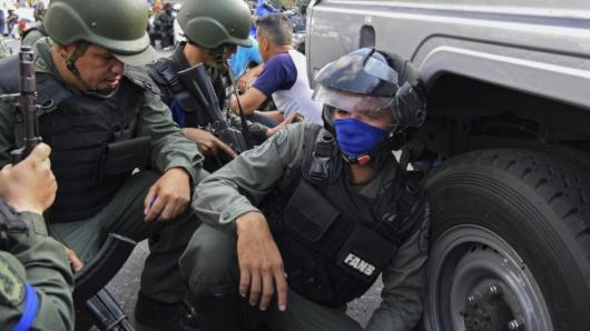 Dictadura de Nicolas Maduro - Página 39 Cintaazul990militares