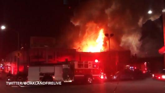 Ascienden a 36 los muertos por incendio en Oakland