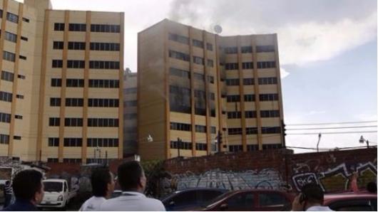 Autoridades trabajan para sofocar incendio en Ministerio de Hacienda