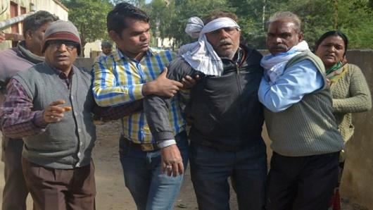 Cae autobús de un puente en India; mueren 25