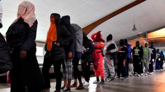 Levantan restricción de ingreso a refugiados de 11 países