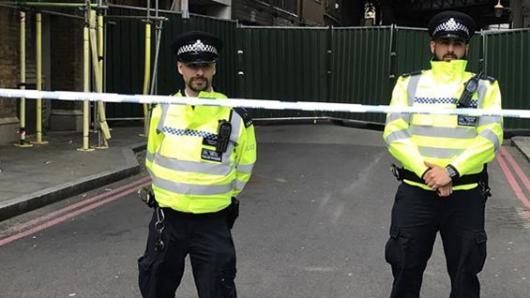 Un hombre con un cuchillo retiene a rehenes en el Reino Unido