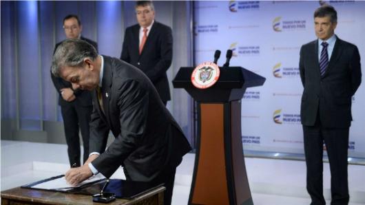 Santos y Timochenko reciben el premio Gernika por la Paz