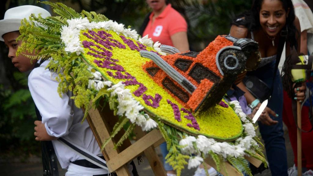 Con tradicional desfile de silleteritos inici la feria de for Silletas para ninos