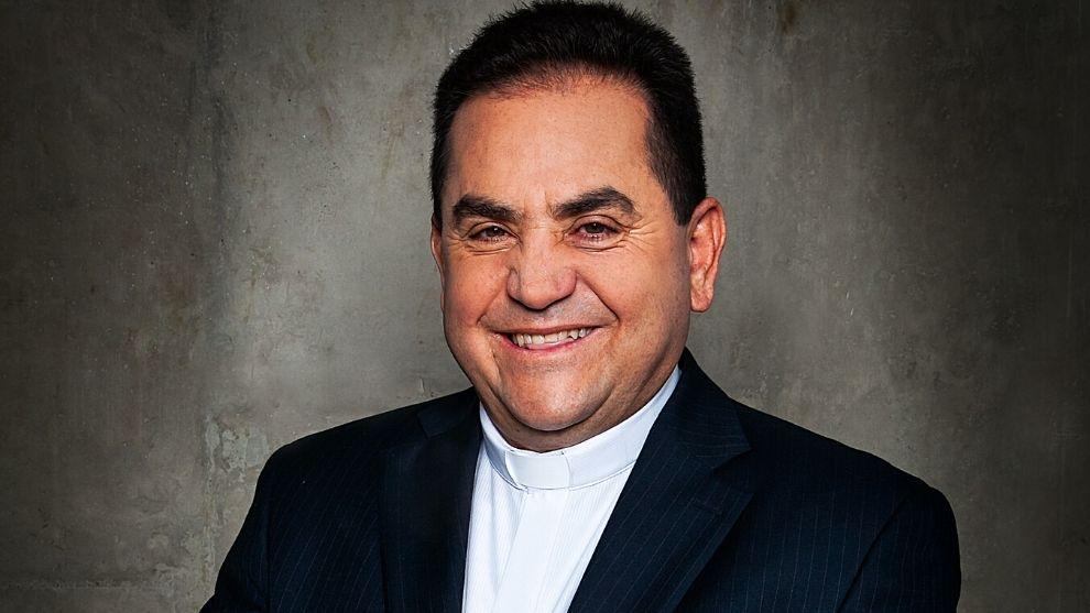 El Padre Walter Zapata, además de predicar la fe, ha escrito libros.