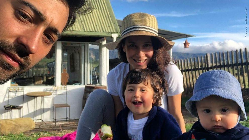Variel Sánchez en compañía de sus hijos y pareja, Estefanía Godoy.