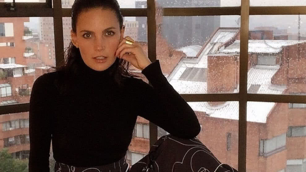 Juliana Galvis posa sensual desde su apartamento.