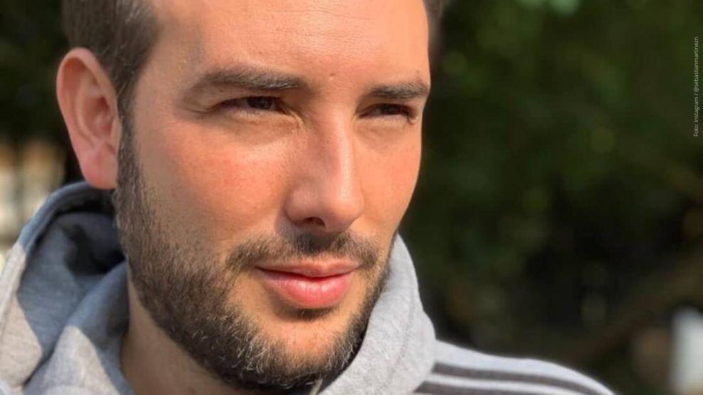 Sebastián Martínez posa para una foto en un día soleado.