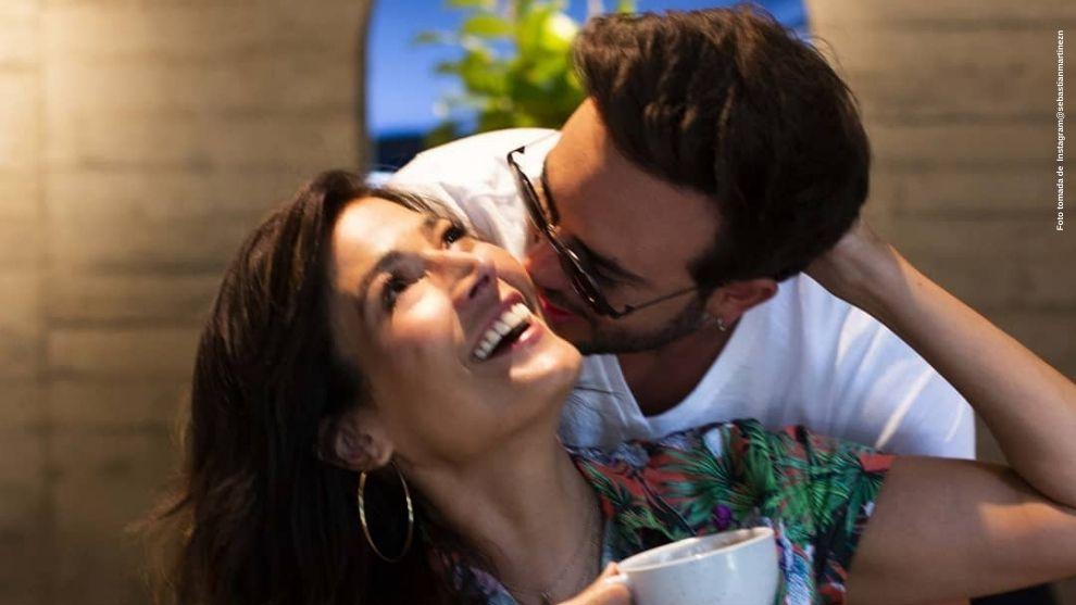 Sebastian Martinez divierte con una foto en la que esta besando a su esposa