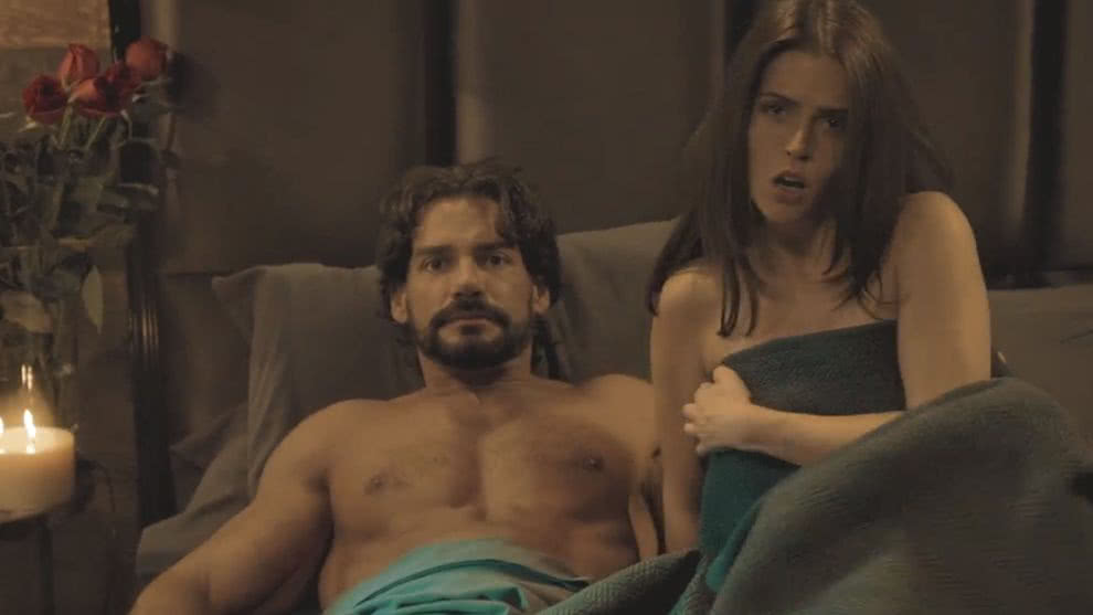 En Tierras Salvajes | Capítulo 47 | Carolina descubre a Isabel y Daniel en la cama