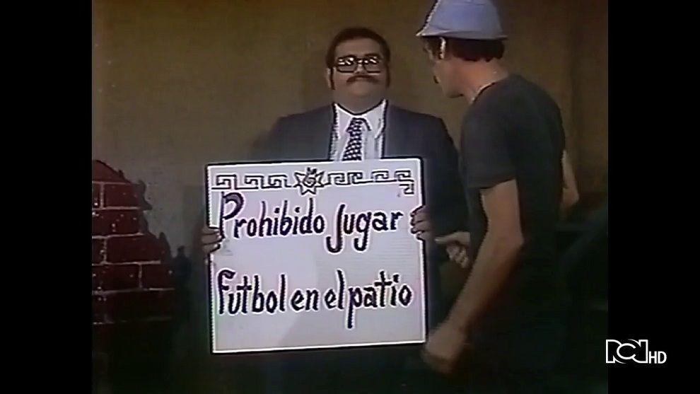 El señor Barriga prohíbe jugar fútbol en la vecindad