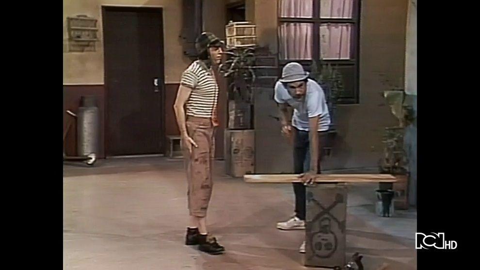 Don Ramón trabaja con herramientas de carpintería