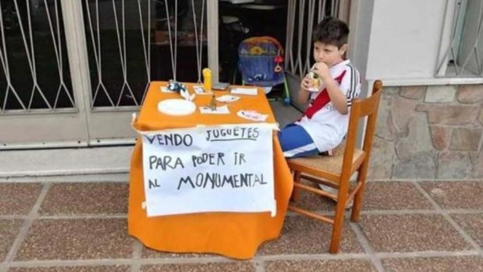 Pequeño hincha de River vende sus juguetes para ir a la final de la Copa Libertadores