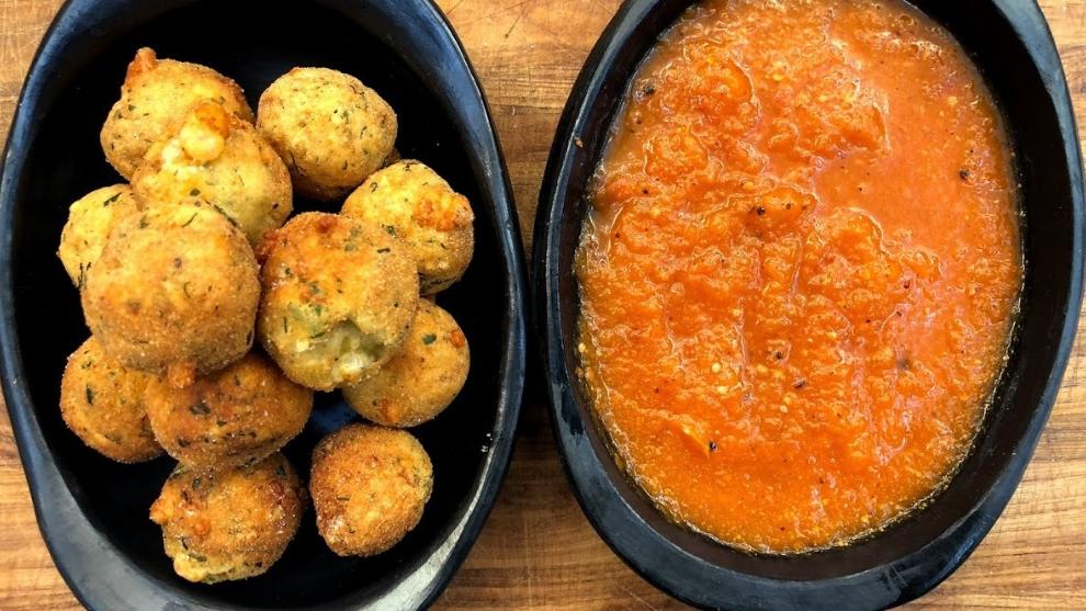 Receta del día: buñuelos de pollo con salsa de tomate