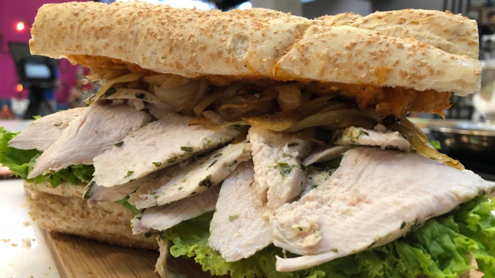 sándwich de pollo con cebollas caramelizadas